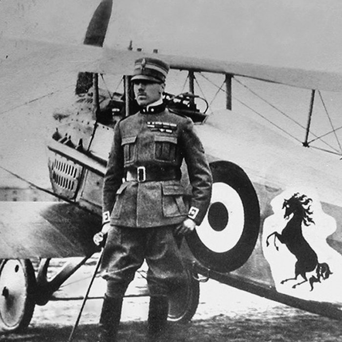 Francesco Baracca accanto al suo aereo